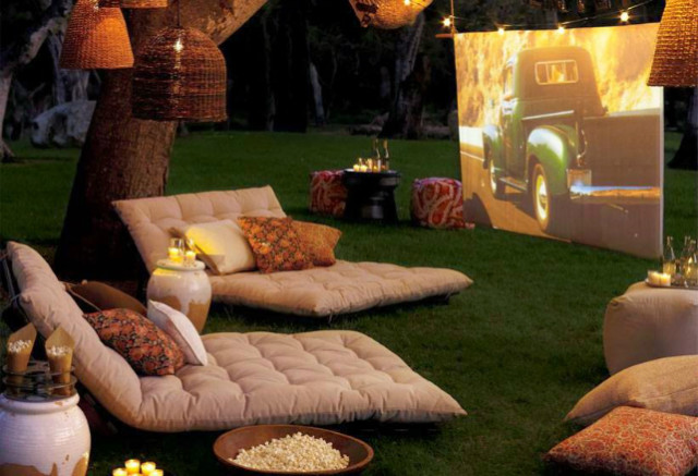 Tips for your backyard - create a movie theatre
